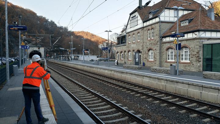 Bauvermessung für vermessungstechnische Planungsgrundlagen von Bahnhof bei Sanierung