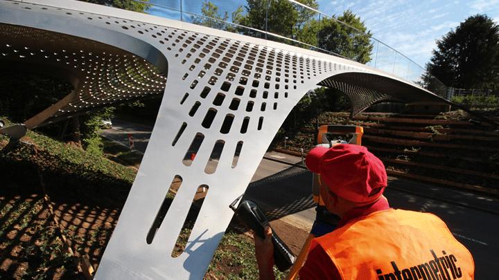 die präzise Lagerung von einer Stahlbaubrücke