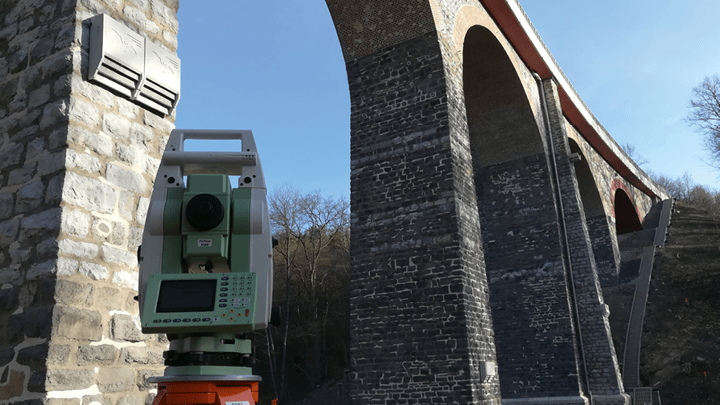 Vermessung und das Geomonitoring von Eisenbahnbrücke